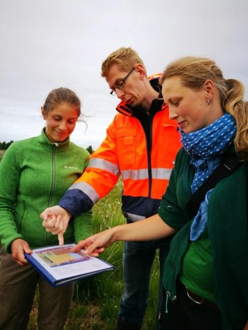 Dr. Jan Köbbing von Klasmann Dailmann Gmbh, Amanda Grobe und Lotta Zoch erläutern die Versuchsparzellen im Provinzialmoor
