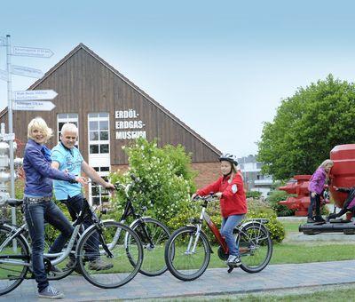 Radfahrer am Erdöl-Erdgas-Museum Twist